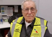 他在航空公司当机务75年 打破吉尼斯世界记录